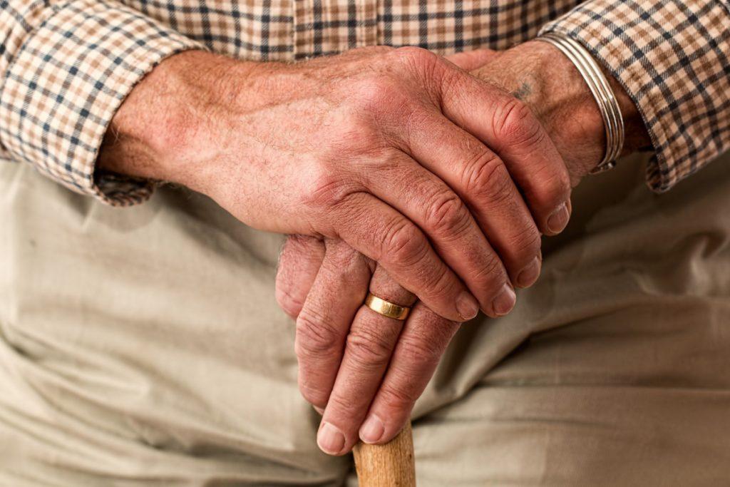 ruke stara osoba