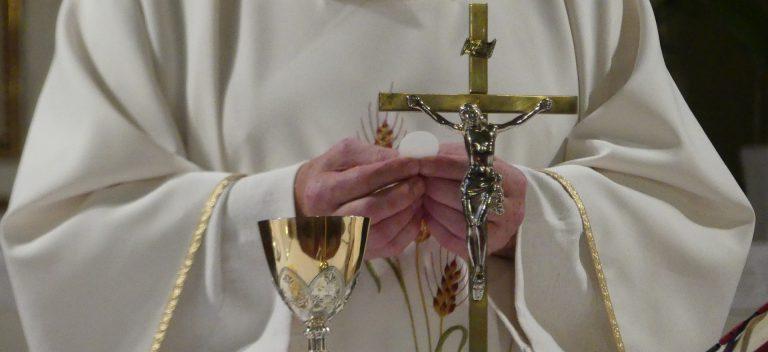sakrament hostia pricest